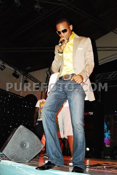 OMG y'all, I have to say Dbanj definitely rocked this look. He Suddenly Stepped up his game with a hit of color topped with the tan blazer and a diesel boot jeans cut
