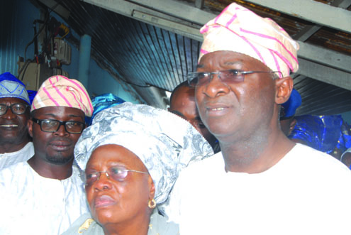 •Gov.-Fashola-his-mother-Omolara-and-his-brother-at-the-lying-in-state.PHOTOS...IDOWU-OGUNLEYE