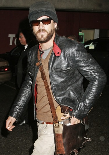 0222ryan-reynolds-man-bag_fa