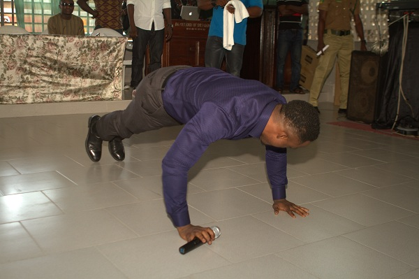 Iyanya doing push ups