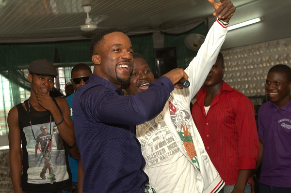 Iyanya sharing the mic with inmate