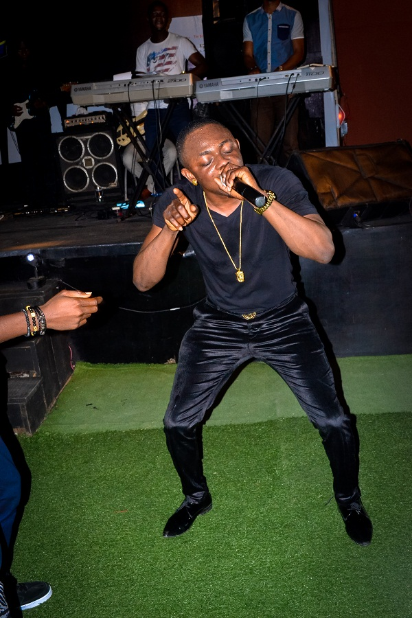 Sean Tizzle performing