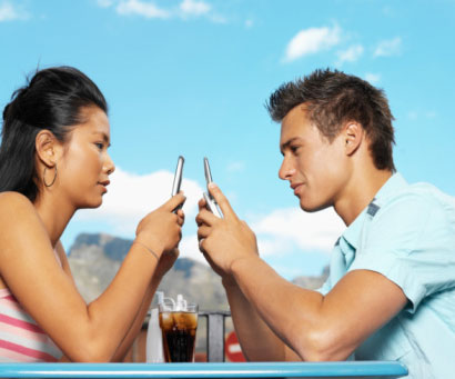 couple-texting_sm1